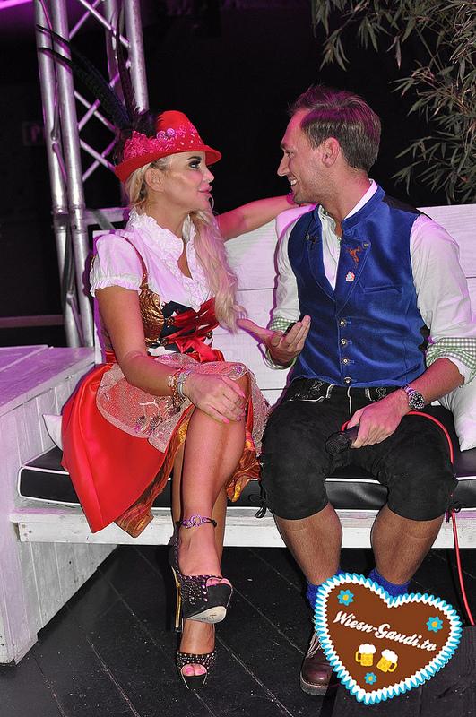 Tatjana Gsell auf der P1 Herzi Dirndl Fashion Show mit Moderator Thomas