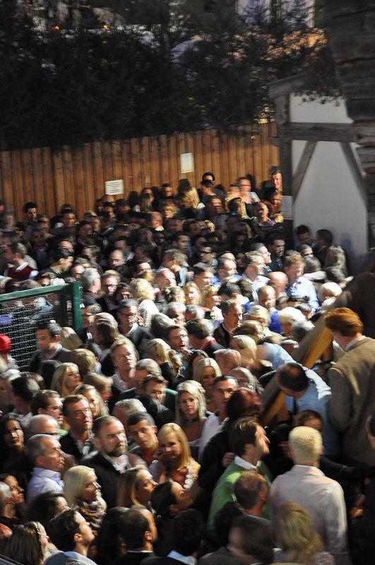 Menschenmenge vor dem Käferzelt