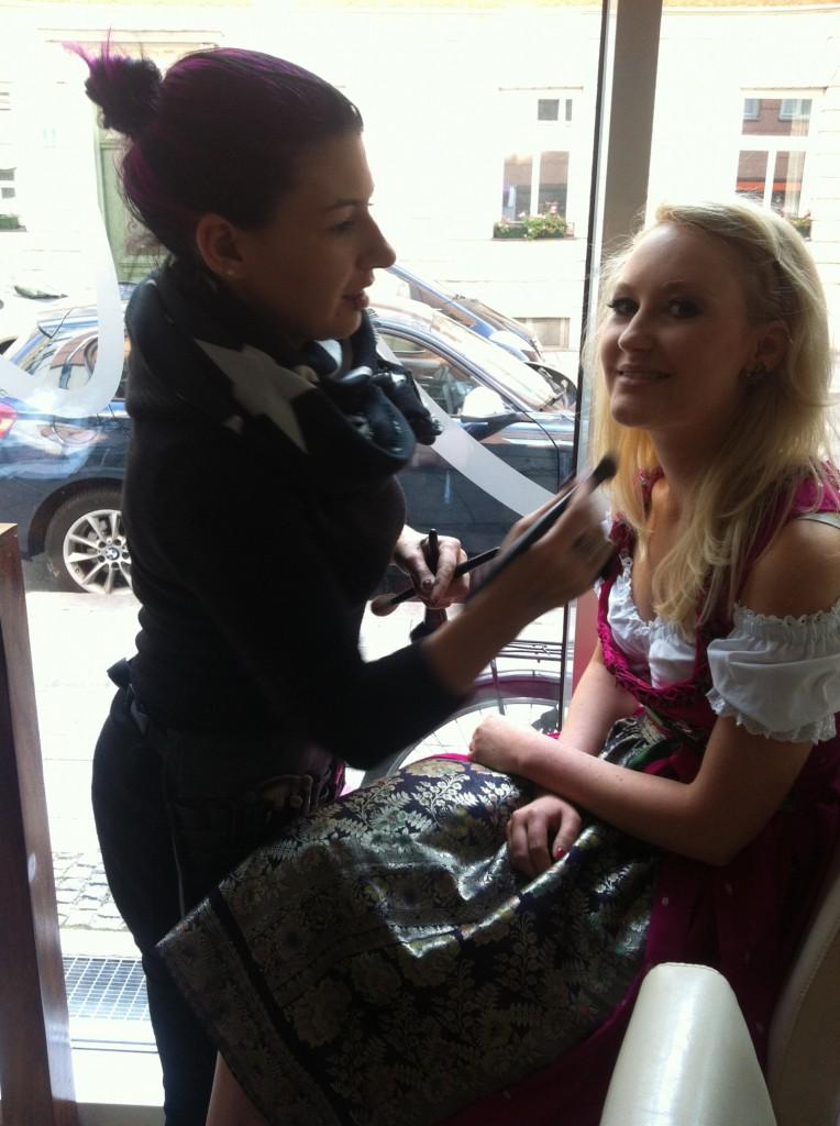 Wiesn Gaudi TV Moderatorin Julia wird geschminkt!
