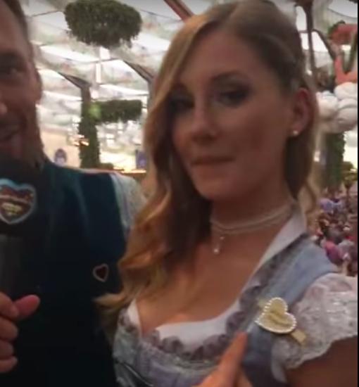 """Bayerisch, stylisch, sexy: Patrizia Dinkel ist Playmate des Jahres! Die 22-Jährige aus Schwabthal hat sich den Titel geholt Bereits als Wiesn-Playmate machte Patrizia Dinkel (22) eine tolle Figur. Sie ist aber auch   """"Playmate des Jahres"""" 2018.  Hier könnte ihr Patrizia live auf der Hofbräu-Bühne aus dem Oktoberfestzelt erleben. Sie erzählt Tom was ihr an Männern gefällt.  Das sexy Wiesn-Playmate kommt aus Schwabthal im Landkreis Lichtenfels."""